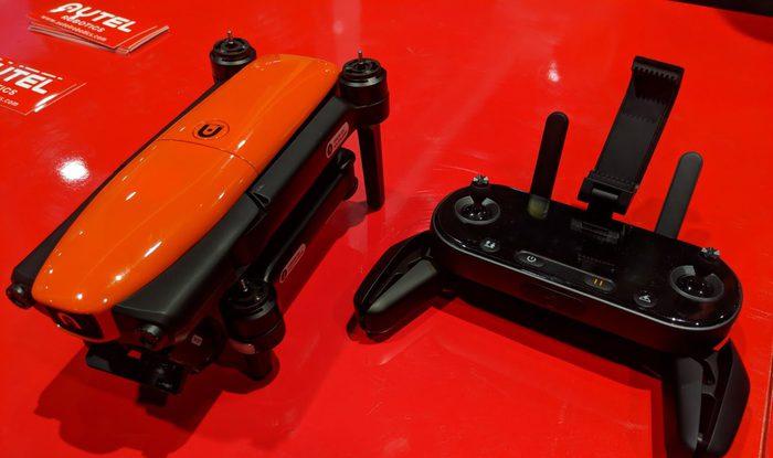 červený dron EVO od Autel Robotics na CES 2018