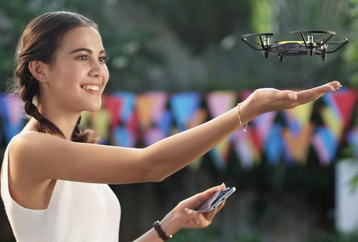 indoor dron DJI Tello Ryze přistává do ruky
