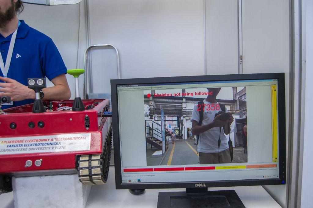 Opásované auto na dálkové ovládání s několika kamerami, které umí aurtomaticky sledovat lidi.